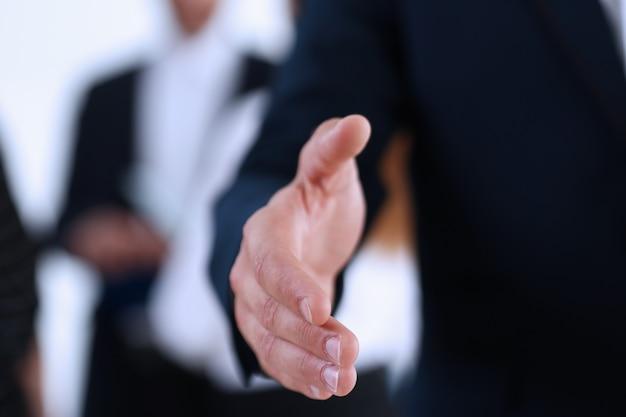 Empresária oferecer mão para apertar como olá no escritório closeup