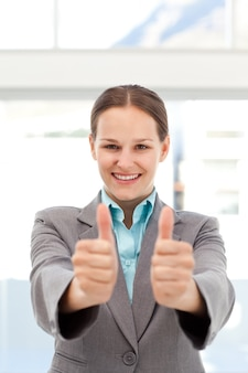 Empresária orgulhosa fazendo os polegares para cima