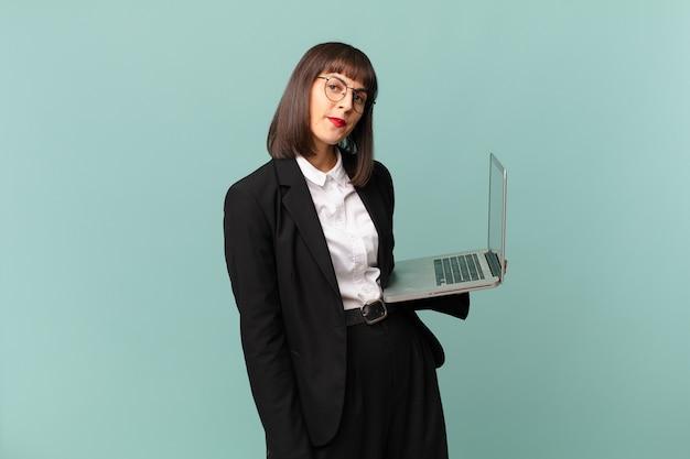 Empresária parecendo intrigada e confusa, mordendo o lábio com um gesto nervoso, sem saber a resposta para o problema
