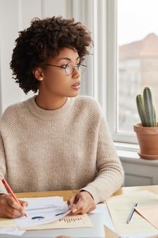 Empresária pensativa trabalhando em casa