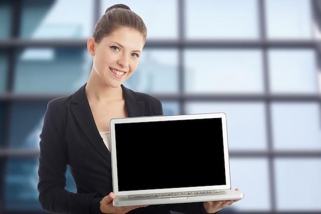 Empresária posando com laptop
