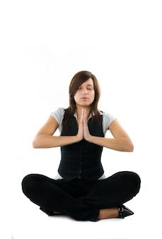Empresária praticando yoga antes de começar a trabalhar