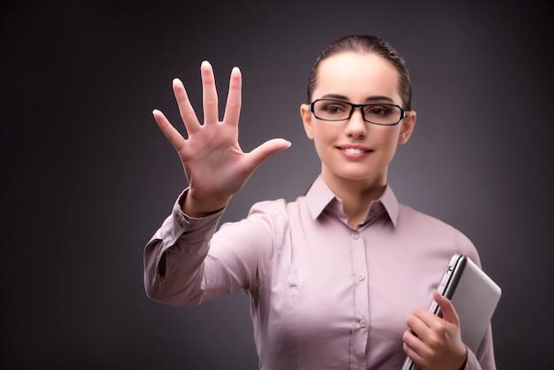 Empresária pressionando botões virtuais no conceito de negócio