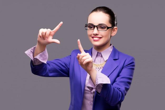 Empresária, pressionando o botão virtual