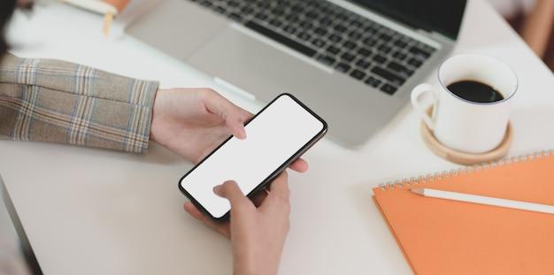 Empresária, procurando novos problemas no smartphone