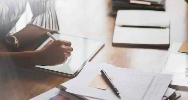 Empresária profissional, informando suas idéias antes de reunião