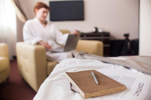 Empresária relaxante no hotel durante a viagem