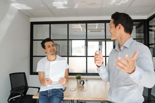Empresária, respondendo a pergunta de colega de trabalho