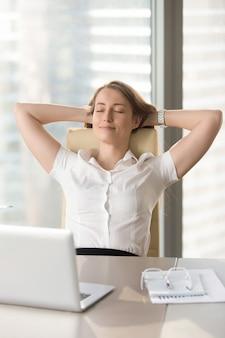 Empresária satisfeita, apoiando-se na cadeira