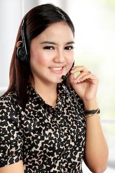 Empresária se comunicar pelo fone de ouvido sem fio