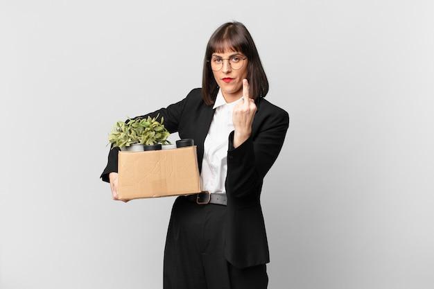 Empresária se sentindo irritada, irritada, rebelde e agressiva, sacudindo o dedo do meio, lutando contra