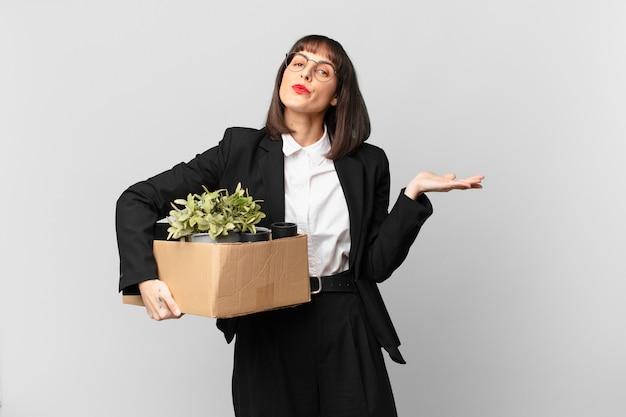 Empresária se sentindo perplexa e confusa, duvidando, ponderando ou escolhendo diferentes opções com expressão engraçada