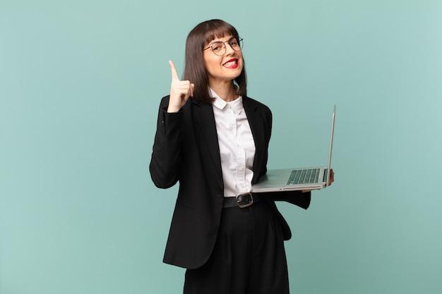 Empresária se sentindo um gênio feliz e animado depois de realizar uma ideia, levantando o dedo alegremente, eureka!