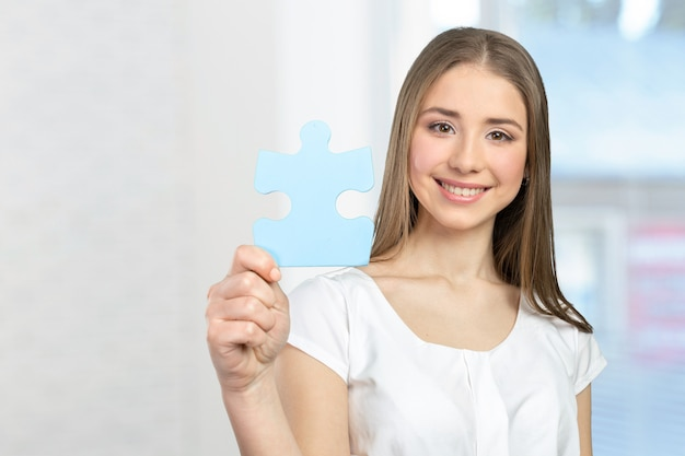 Empresária, segurando as peças do puzzle
