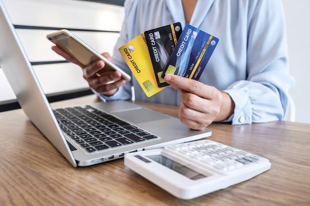 Empresária segurando cartões de crédito