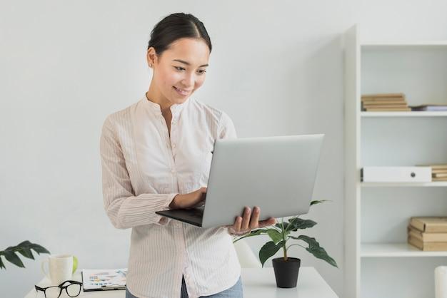 Empresária segurando laptop