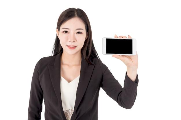 Empresária segurando smartphone de tela em branco, isolado no fundo branco