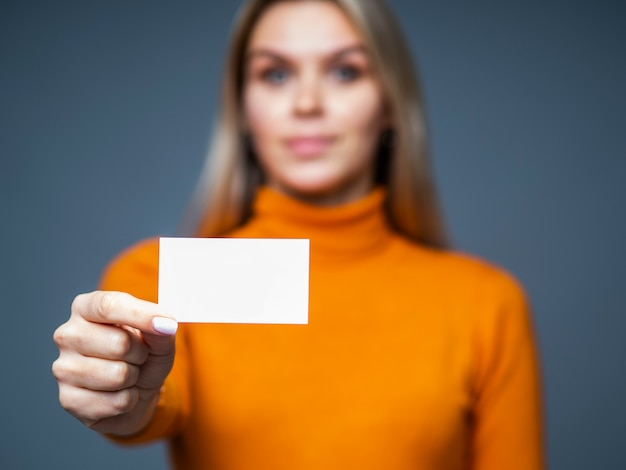 Empresária segurando um cartão de visita em branco