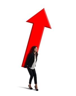 Empresária segurando uma grande seta vermelha Foto Premium