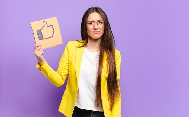Empresária segurando uma mídia social como símbolo