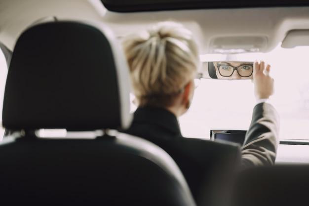 Empresária, sentado dentro de um carro