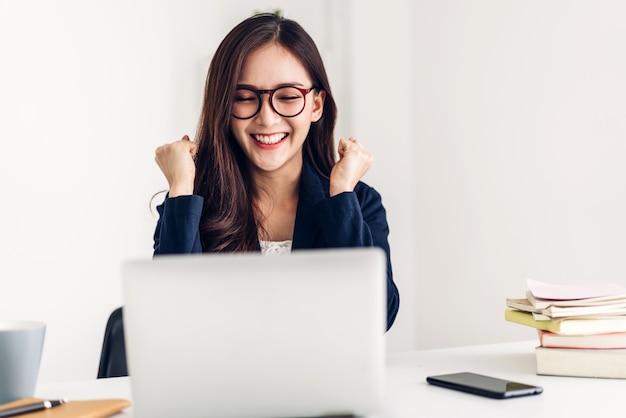 Empresária sentado e trabalhando com o laptop