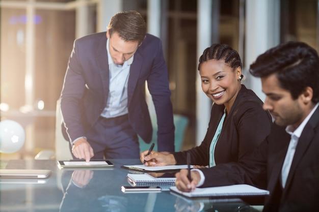 Empresária, sentado em uma reunião na sala de conferências