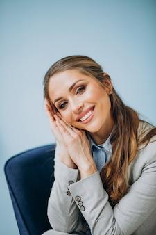 Empresária, sentado na cadeira em um escritório