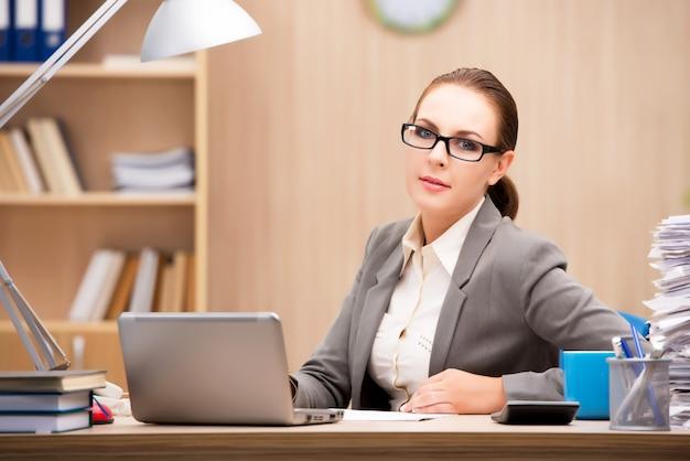 Empresária sob estresse de muito trabalho no escritório