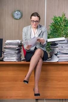 Empresária sob estresse trabalhando no escritório