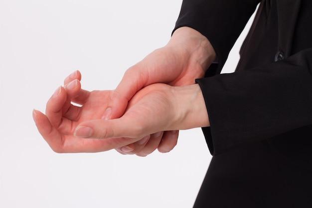 Empresária sofrendo de mão