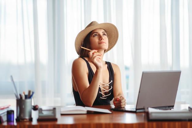 Empresária sonhando com férias no escritório