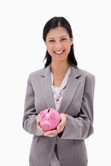 Empresária sorridente com cofrinho