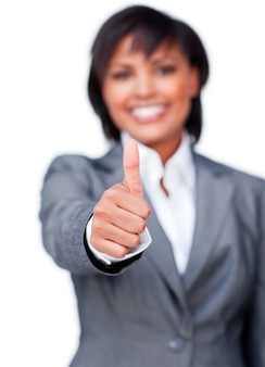 Empresária sorridente com o polegar para cima sorrindo para a câmera