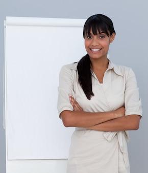 Empresária sorridente dando uma apresentação