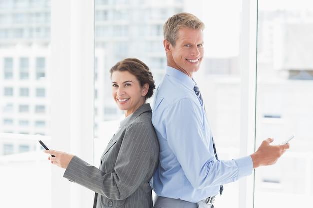 Empresária sorridente de frente para trás com colega