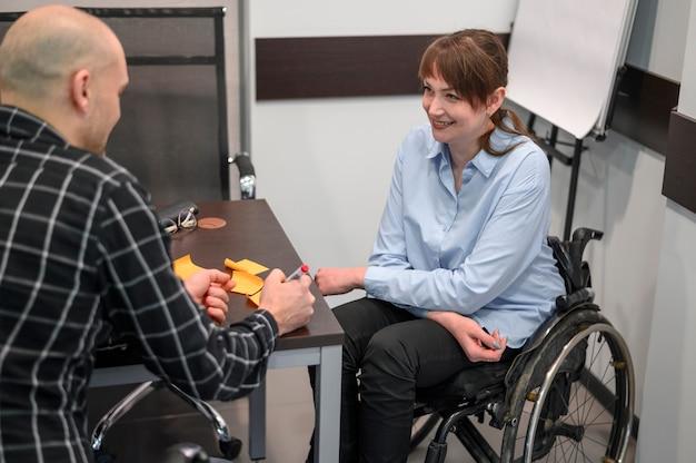 Empresária sorridente em cadeira de rodas