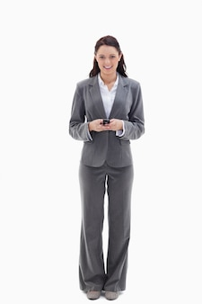 Empresária sorridente enquanto segura seu celular