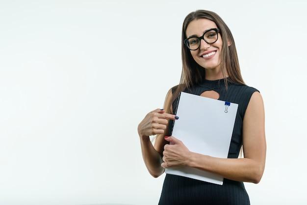 Empresária sorridente positiva, mostrando um documento branco limpo