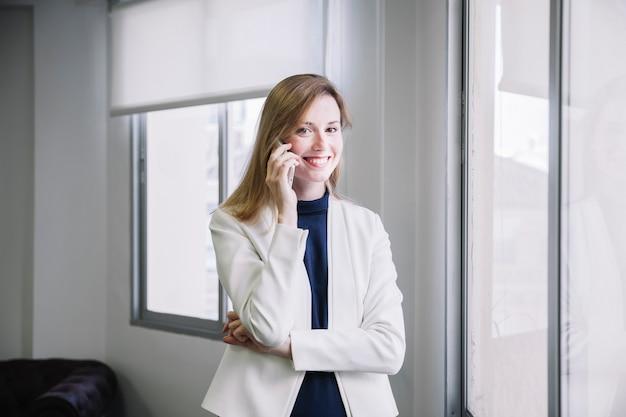Empresária sorridente telefonando
