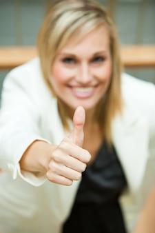 Empresária sorrindo com os polegares para cima