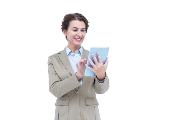 Empresária sorrindo enquanto olha para um tablet