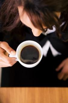 Empresária, tomando um café expresso duplo
