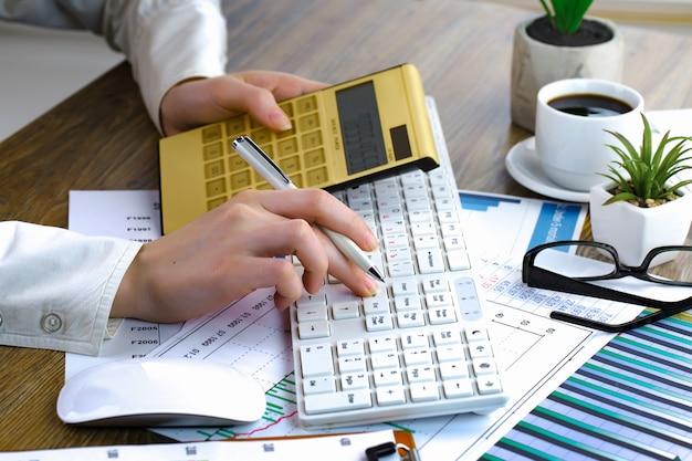 Empresária trabalha no escritório com itens para fazer negócios.