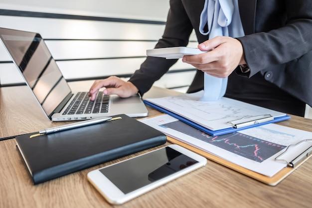 Empresária trabalhando e planejando em projeto de marketing de trading de investimento e usando calculadora