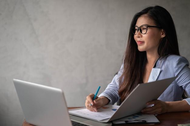Empresária trabalhando em casa e usando um laptop
