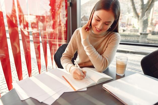 Empresária, trabalhando em um café
