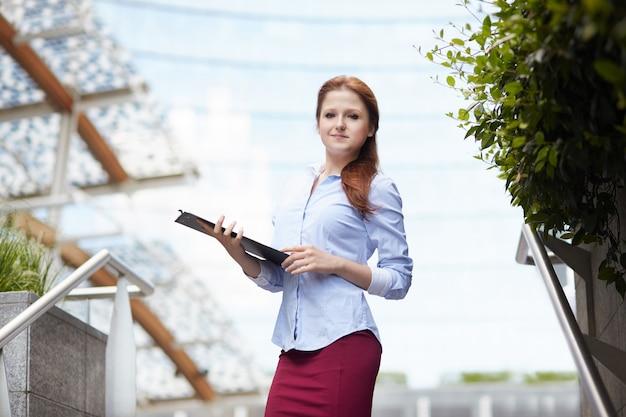 Empresária, trabalhando fora do prédio de escritórios