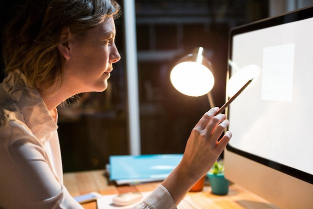 Empresária, trabalhando no computador em sua mesa