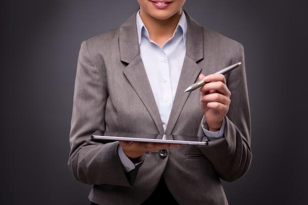Empresária, trabalhando no computador tablet no conceito de negócio